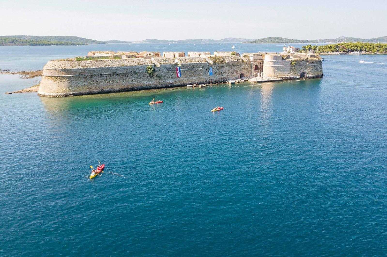 Genießen Sie das klare dalmatinische Meer: Kajak fahren in Šibenik